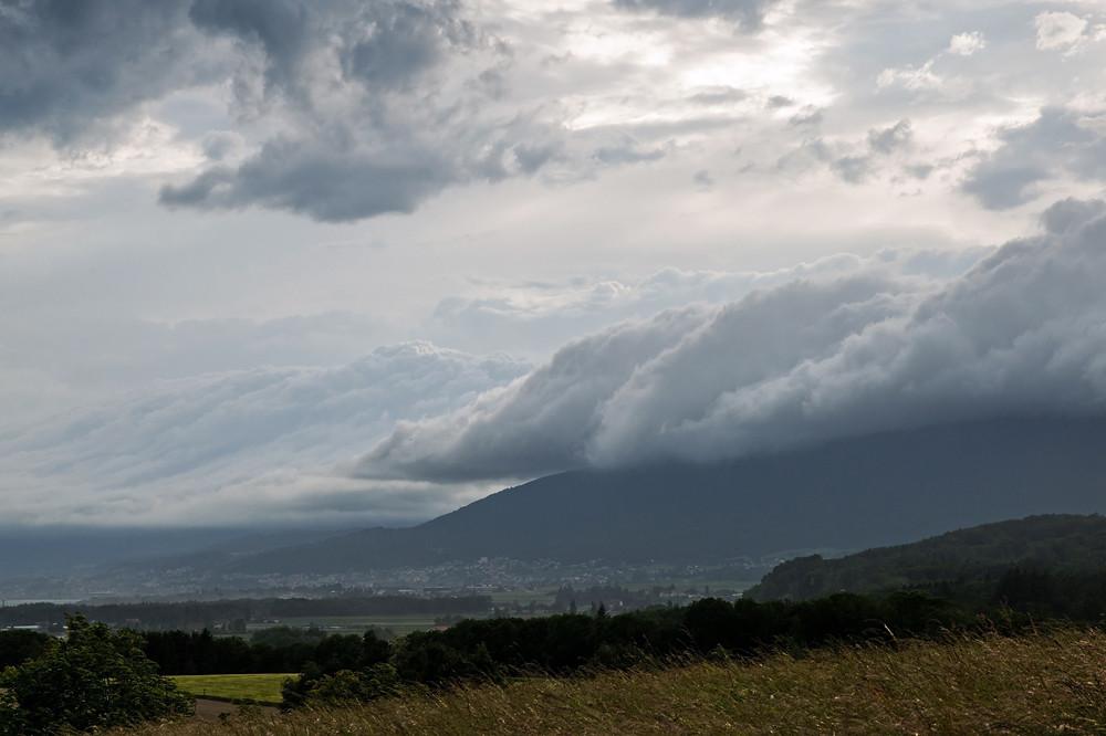 Heftige Fallwinde am Jurasüdfuss (Joran) erzeugten diese Wolkenwalze am 13. Juni
