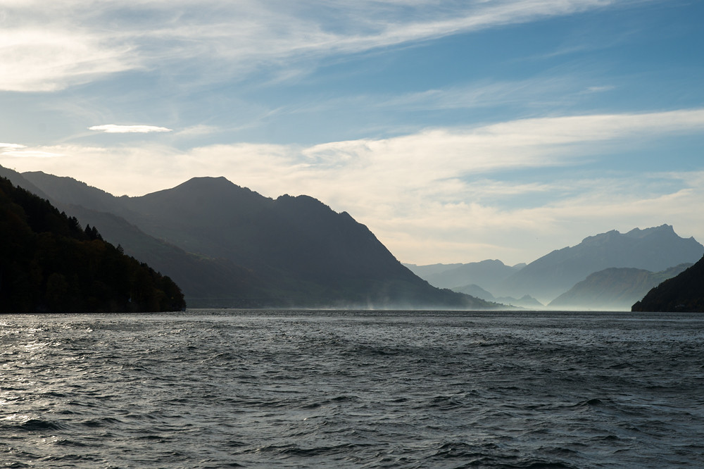 Nach dem Knick des Sees beim Schillerstein wird der Blick nach Westen frei. Gut unterscheiden kann man den vom Föhn aufgewühlten Teil des Sees mit der Gischt und den ruhigen Kaltluftsee dahinter mit dem Dunst. Brunnen, 16:40 Uhr