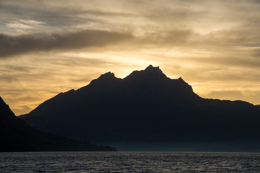 Unverwechselbare Kulisse vor der untergehenden Sonne: Pilatus (2118 m), 18:03 Uhr