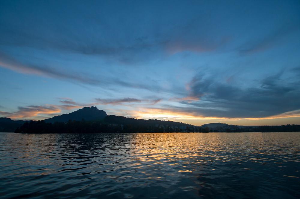 Bei der Einfahrt ins Luzerner Seebecken ist es nahezu windstill, die Temperatur beträgt noch knapp 14 Grad (als Kontrast zu den 25 Grad am Urnersee). Luzern, 18:30 Uhr