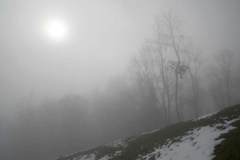 1240 m, erstmals ist die Sonne schwach erkennbar, die Sichtweite liegt aber immer noch unter 100 Meter.