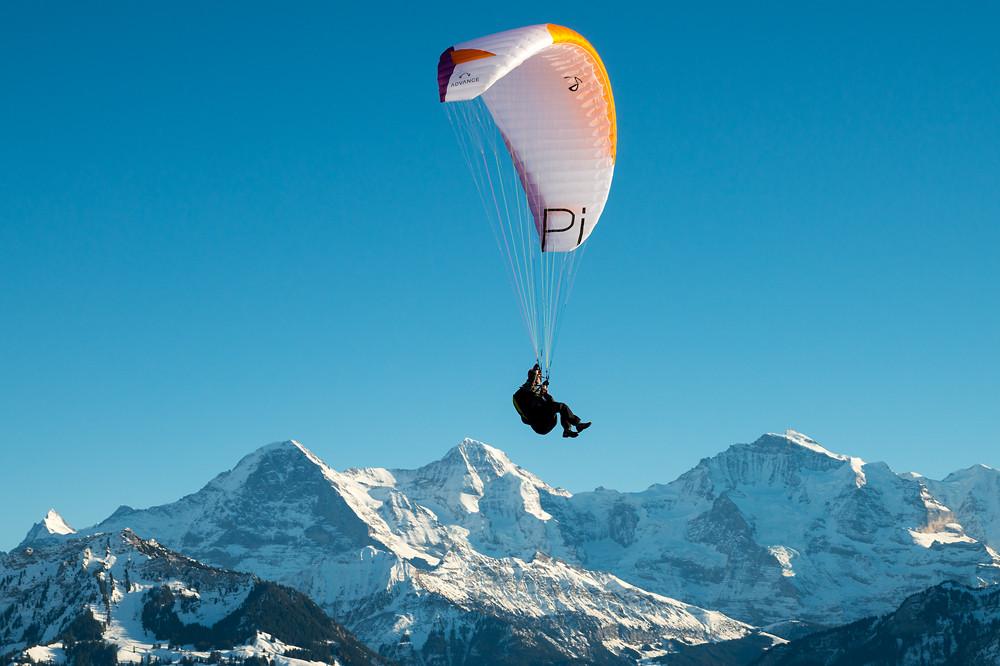 """Die ruhigen Windverhältnisse waren optimal für Übungen von Gleitschirmfliegern. Die Aufgabe lautete wahrscheinlich """"Punktlandung auf dem Jungfraujoch"""" - allerdings nur aus Sicht der Fotografin ;-)"""