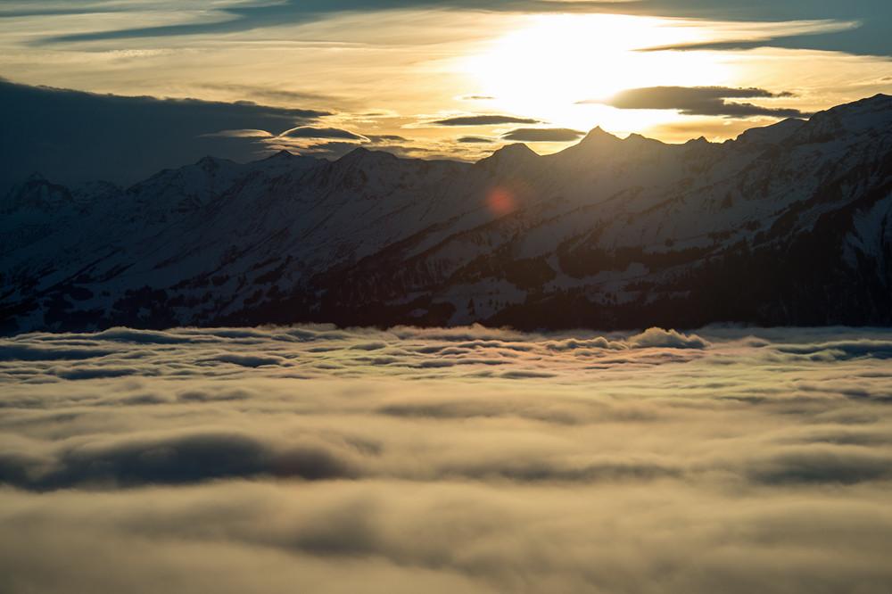 Kurz vor Sonnenuntergang zeigen sich im Südwesten die hohen Wolken einer nahenden Front. Die fischförmigen Wolken zeigen eine leichte Föhnströmung an, und diese ist mitverantwortlich dafür, dass der Nebel nun deutlich zu sinken beginnt.