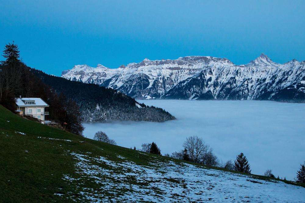 Die Absenkung der Nebelschicht ist gut am Harder in der Dämmerung zu erkennen: Das Hotel Harderkulm befindet sich nun deutlich über dem Nebel und der schneebedeckte Wald direkt über dem Nebelmeer zeigt an, wo tagsüber der Kaltluftsee lag.