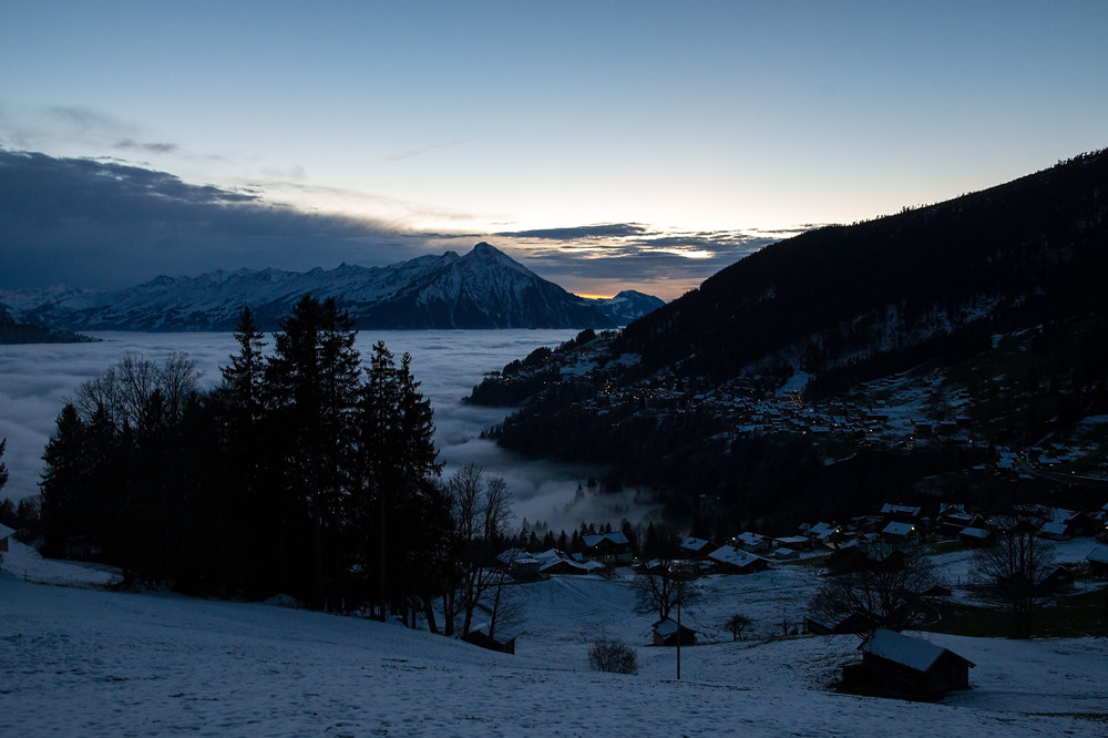 Eine Dreiviertelstunde nach Sonnenuntergang: Der Nebel sinkt nun so rasch, dass er das ganztags im Nebel gelegene Beatenberg freigibt. Die Obergrenze liegt nun bei rund 1100 m.