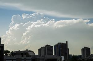 Das markanteste Wetterereignis im Juni war die Pfingst-Hitzewelle mit vielerorts heftigen Gewittern (Bern, 9. Juni 2014)