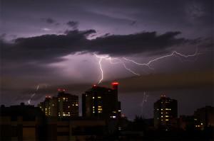 Eine blitzreiche Gewitterfront beendete in Bern bereits in der Nacht vom 9. auf den 10. August den Sommer 2014