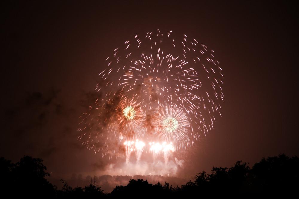 Vom Regen verwaschen und vom Winde verweht: Das Schlussbild des 1. August-Feuerwerks 2012 auf dem Berner Gurten