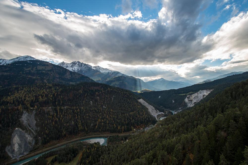 Einer von insgesamt 25 (!) Föhntagen in den Alpen in diesem Monat: Blick über die Rheinschlucht bei Flims in Graubünden am 03.11.2014