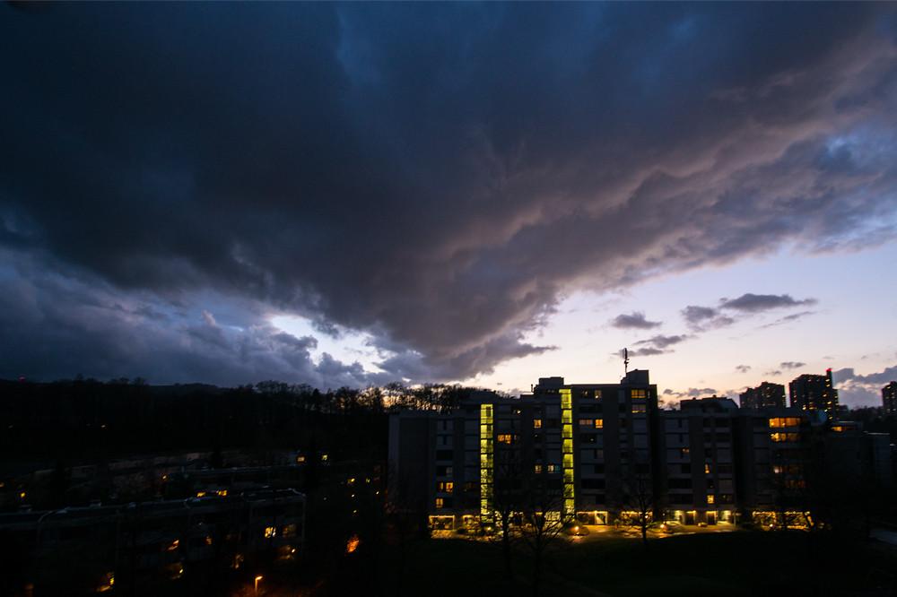 """Das markanteste Ereignis des Monats war bestimmt Sturm """"Niklas"""" am 31. März, hier eine Aufnahme nach dem Kaltfrontdurchgang am Abend östlich von Bern"""