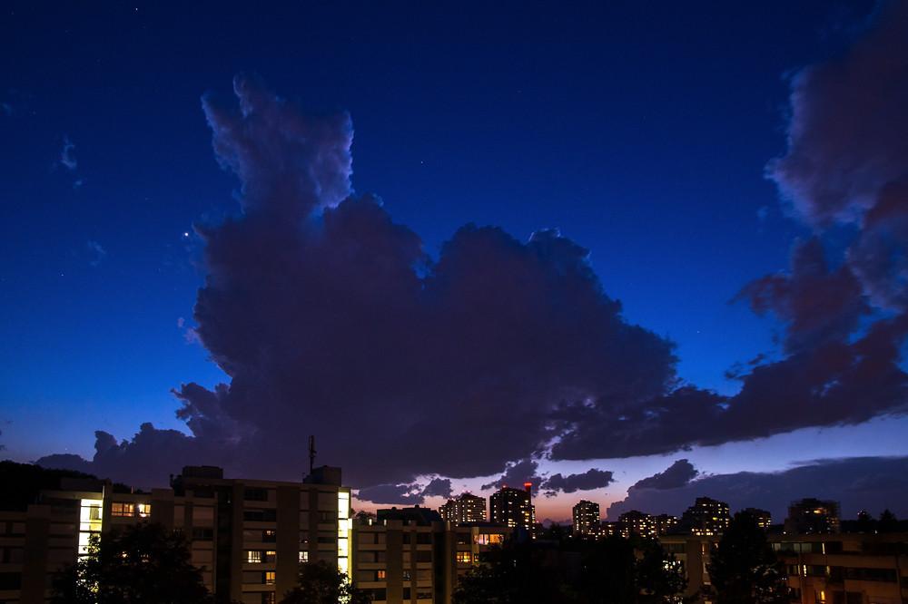 Der erste Hitzetag des Jahres am 13. Mai endete mit heftigen Gewittern, die in Süddeutschland auch Tornados entwickelten. Hier ein sich rasch entwickelnder Gewitterturm über der Skyline von Bern.