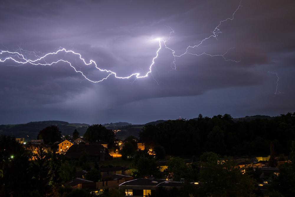 Die erste Monatshälfte war von zahlreichen, teils heftigen Gewittern geprägt. Aufnahme vom 13. Juni südlich von Bern