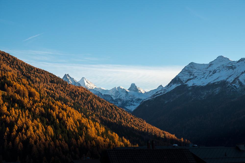 Der Martinisommer machte seinem Namen alle Ehre: Bunte Lärchenwälder bis weit über 2000 m hinaus, Trockenheit und extrem warme Tage in den Walliser Alpen (Val d'Anniviers, 11.11.2015)