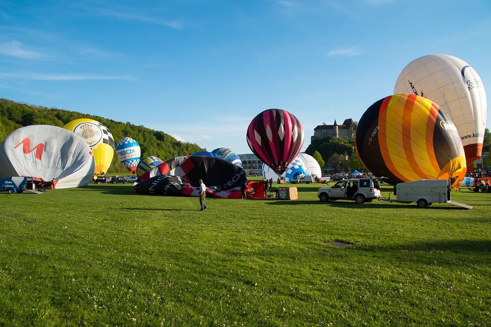 Die Teilnehmer bereiten sich am frühen Abend für den Wettkampf vor - die Ballone werden befüllt