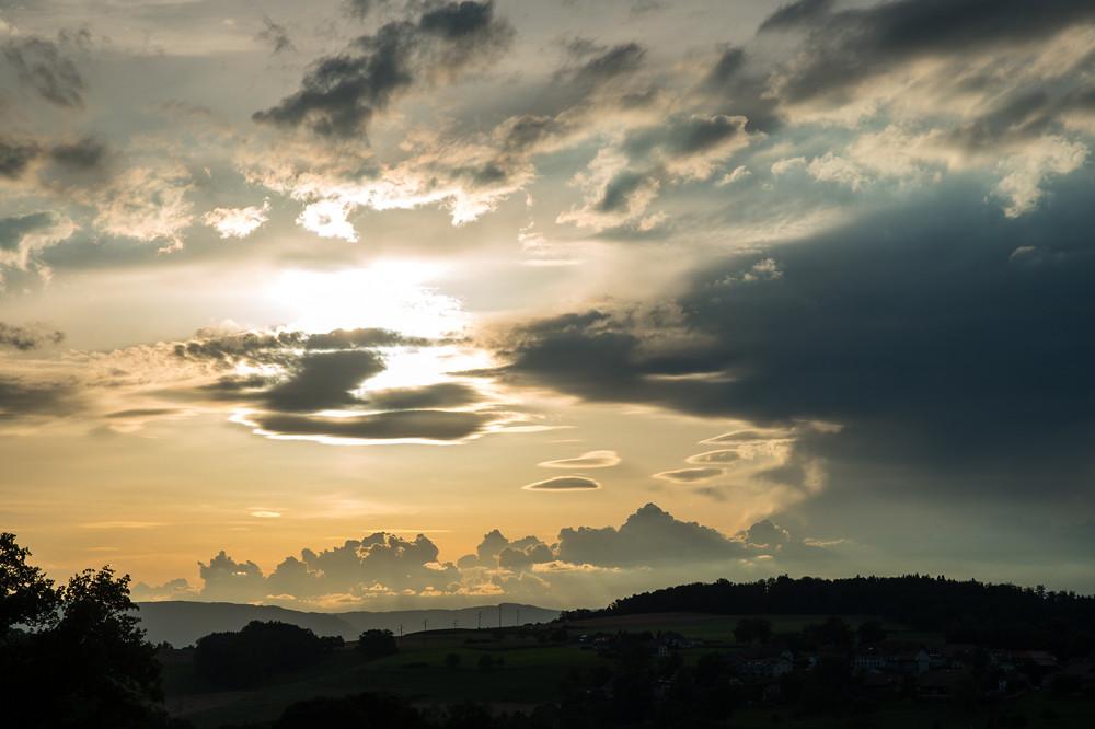 Auch an schönen Tagen war meistens die Anzeichen der nächsten Front bereits zu sehen: Cumuli und Gewitterwolken zeugen von Instabilität, Linsenwolken von lebhaftem Höhenwind (Westschweiz, 08.08.2016)