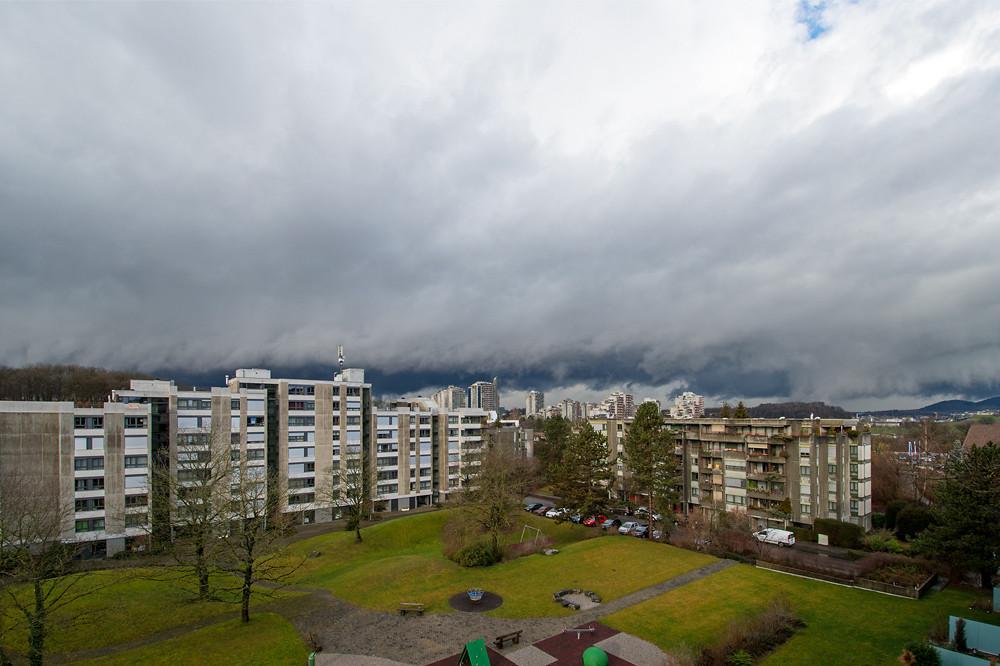 Das gewohnte Bild im windigen, nassen und milden Januar: Eine Kaltfront bringt Sturm, Regen und spektakuläre Wolkenstrukturen (Muri bei Bern, 07.01.2016)