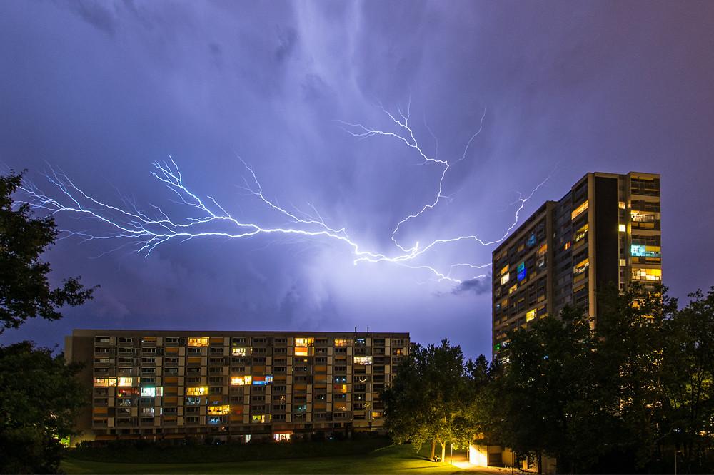 Schlaflos in Bern. Wenn um zwei Uhr nachts noch die Lichter brennen, muss es draussen ziemlich laut sein (28. August)